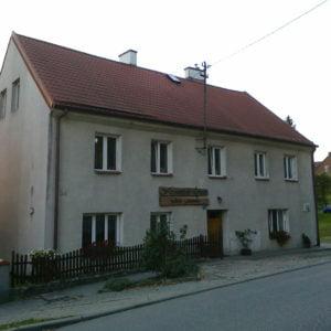 Budynek wGietrzwałdzie, wktórym, wlatach trzydziestych XX wieku, mieściła się szkoła polska