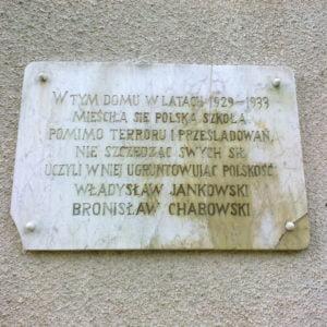 Tablica nadawnej polskiej szkole wGietrzwałdzie