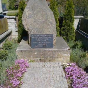 Obelisk wGietrzwałdzie, stojący wmiejscu domu, wktórymw1920 roku funkcjonowała szkoła polska