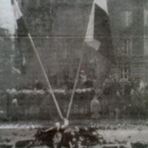 """Grafika """"Płaczący gołąbek pokoju"""" wykorzystywana naplakatach, umieszczanych wmiejscach, wktórychw1956 roku organizowano wpolskich miastach pomoc dla powstańców węgierskich (zezbiorów autora)"""
