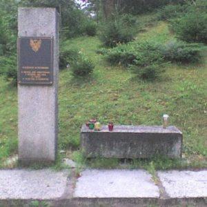 Pomnik wmiejscu zatrzymania, w1863 roku, transportu zbronią iwyposażeniem dla powstańców, konwojowanego przezW. Kętrzyńskiego iL. Różyckiego