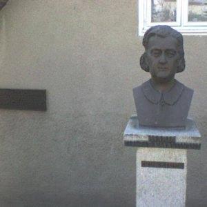 Popiersie M. Zientarówny itabliczka nadomu jej urodzin