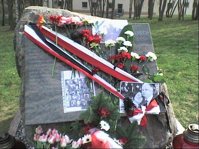"""Głaz przy """"Alei Ofiar Katyńskich"""" naolsztyńskim Kortowie (fotografie wykonane wdniu 12 kwietnia 2010 roku)"""