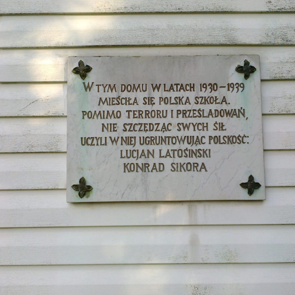 Tablica nabudynku szkoły polskiej wJarotach (w1957 roku odsłonił ją znany nauczyciel idziałacz ruchu polskiego naWarmii iMazurach Edward Turowski)