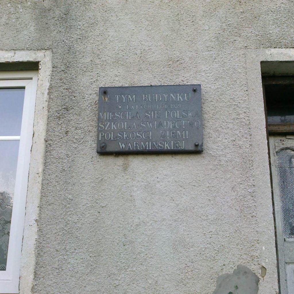 Tablica nadawnej szkole polskiej wSkajbotach