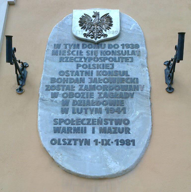 Tablica upamiętniająca Konsulat Polski (działający wlatach 1920-1939) iostatniego konsula B.Jałowieckiego, umieszczona naścianie kamienicy