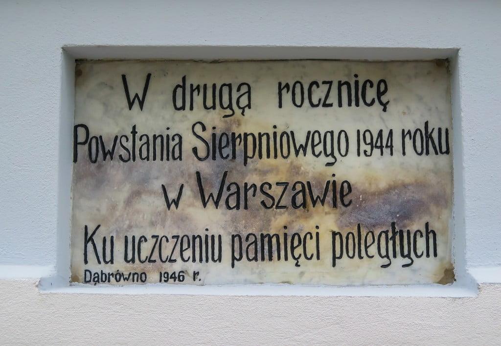Tablica na kapliczce w Dąbrównie