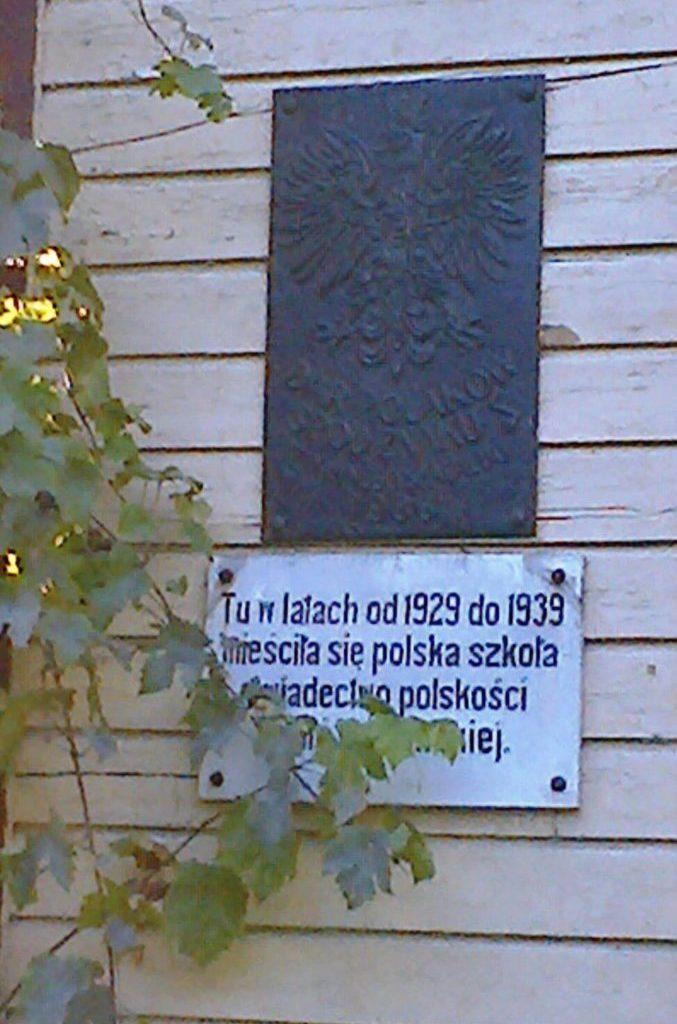Tablice naunieszewskiej szkole polskiej