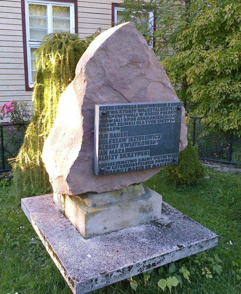 Obelisk upamiętniający działaczy ruchu polskiego naWarmii, związanych zUnieszewem (m.in.nauczycieli iucznia polskiej szkoły)