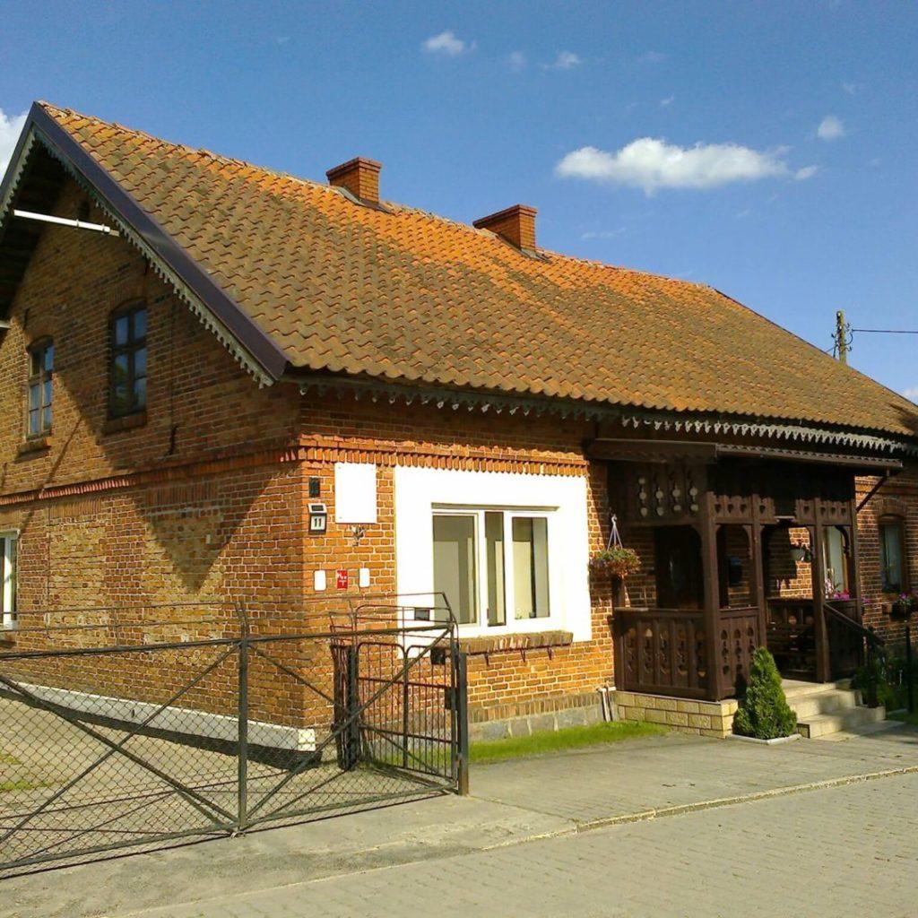 Dom wWorytach, wktórymmieściły się polskie placówki oświatowe: szkoła iprzedszkole