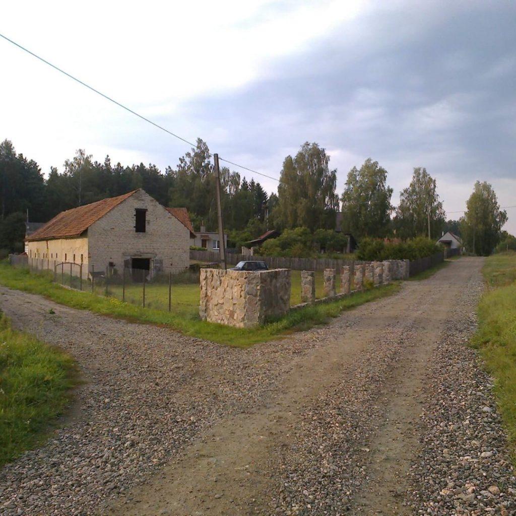 Współczesne budynki (stojące nakolonii wsi Wymój) wmiejscu domu, wktórym, wokresie międzywojennym, funkcjonowała polska szkoła