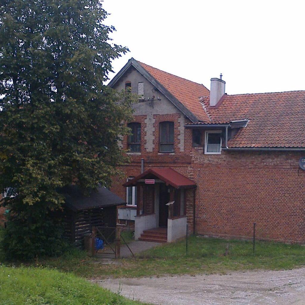 Budynek dawnej szkoły (państwowej, niemieckiej) wWymoju (doniedawna znajdowała się nanim tablica upamiętniająca fakt istnienia wtejmiejscowości polskiej szkoły)