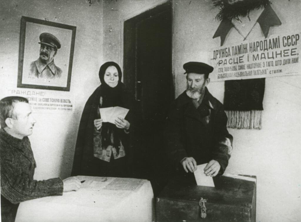 portret Stalina naścianie