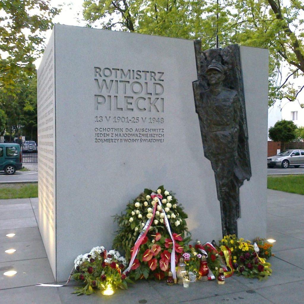 """Pomnik W. Pileckiego nawarszawskim Żoliborzu (wtym miejscu dał się ująć w""""łapance"""", byzostać skierowanym doKL Auschwitz)"""