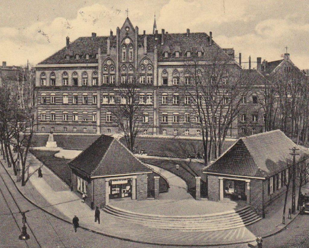 Olsztyńskie gmachy sądu iaresztu nafotografii zokresu międzywojennego –wyglądały podobnie, gdy, wlatach 1945-1956, stanowiły siedzibę orazwięzienie NKWD iUrzędu Bezpieczeństwa (źródło: http://warminsko-mazurskie.fotopolska.eu)
