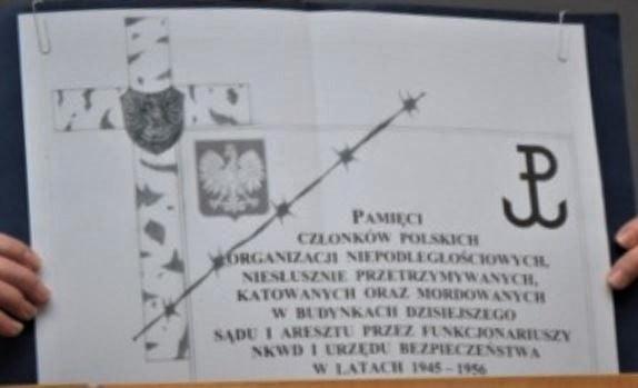 """Projekt tablicy ku czci ofiar komunistycznej """"bezpieki"""", któramogłaby zostać umieszczona naścianie gmachu Sądu Rejonowego (dawnego WUBP) wOlsztynie"""