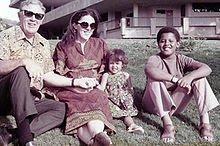 Na zdjęciu: Stanley Dunham (dziadek), Ann, Maya iBarry Obama ( ok. 1975 r.) Źródło: upload.wikimedia.org