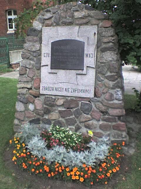 Obelisk przedbudynkiem obozu-więzienia