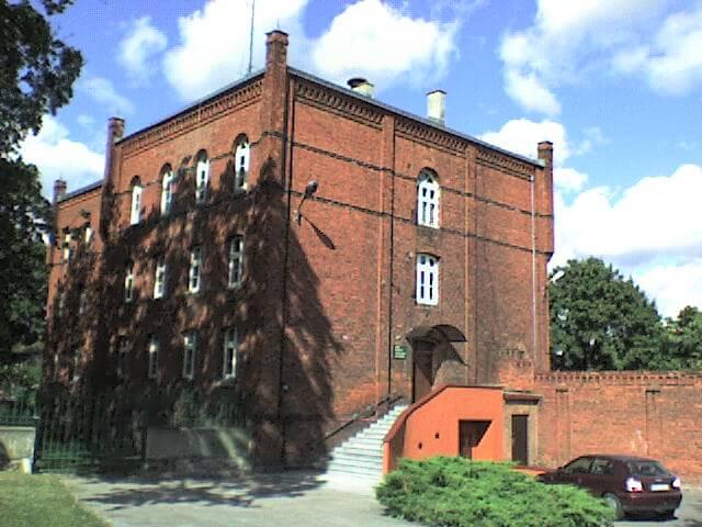 """Budynek, wktórymmieścił się, założony przezniemieckich okupantów, """"tajny obóz karny dla młodocianych"""" wLubawie"""