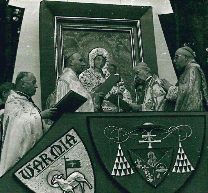Prymas Polski Stefan kardynał Wyszyński koronujący cudowny obraz Matki Bożej Gietrzwałdzkiej wdniu 10 września 1967 roku (fot.zarchiwum Sanktuarium wGietrzwałdzie)