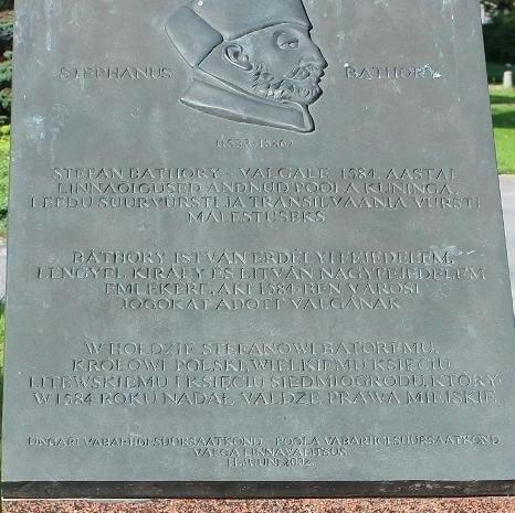 Król Polski Stefan Batory nadał Valga prawa miejskie 11 czerwca 1584 roku. Pomnik przy ulicy Kesk został wzniesiony w2002 roku wewspółpracy miasta Valga zambasadami Węgier iPolski.