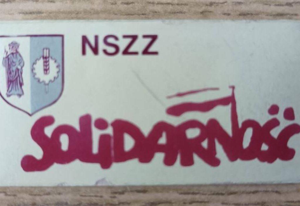 """Znaczek (przypinka) olsztyńskiej """"Solidarności"""" zlat osiemdziesiątych (zówczesnym,  komunistycznym herbem Olsztyna), należący doojca autora"""