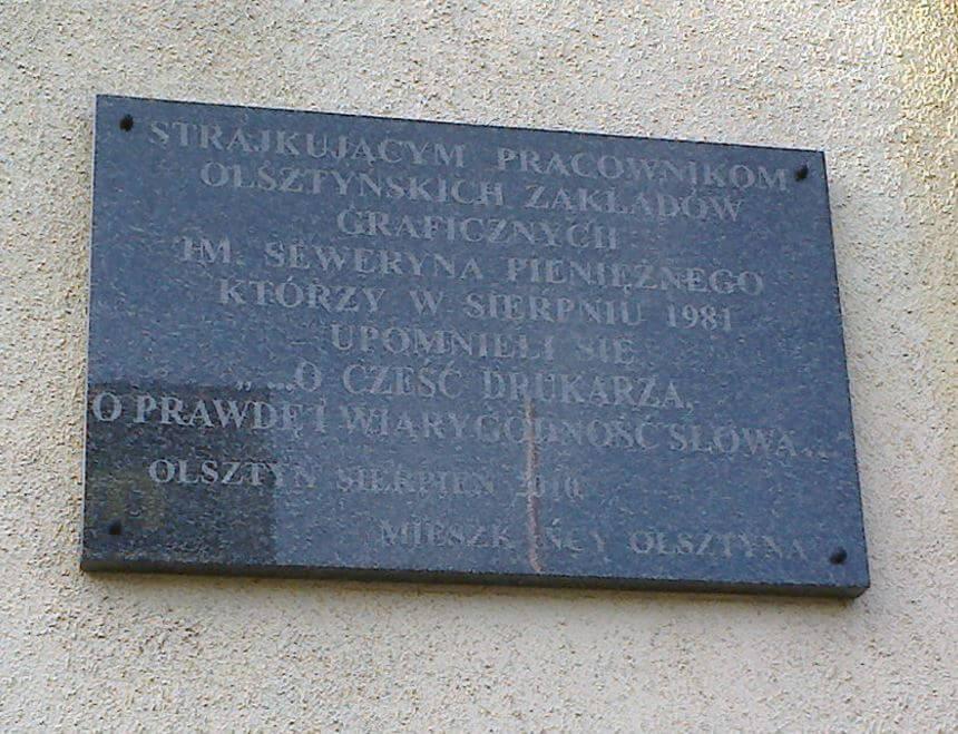 """Krzyż itablica """"strajkowa"""" nabudynku OZGraf-u"""